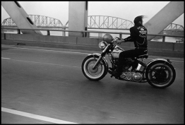 <p>Danny Lyon, <em>Crossing the Ohio, Louisville</em>, 1966, silver print, 22.2x33 cm, Courtesy of Danny Lyon/Magnum Photos</p>